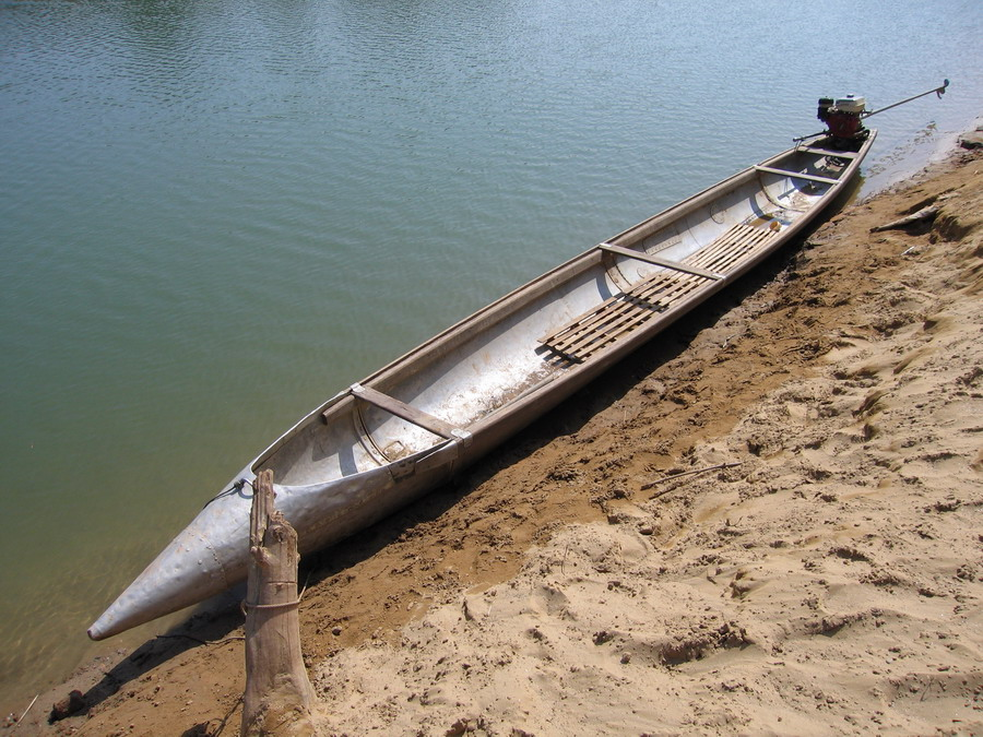 Легкая длинная и узкая лодка отличающаяся быстротой